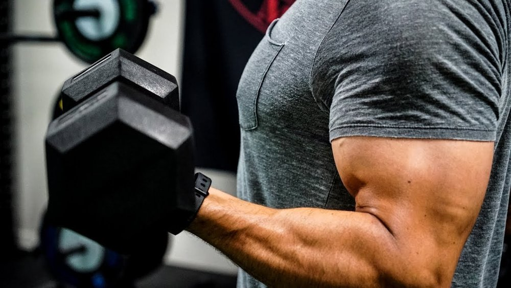 An example of an intense exercise that causes DOMS is a bicep curl.